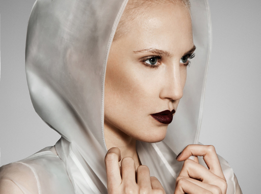 Nahaufnahme einer Frau mit kaputze. Make-up: Julian Dobener