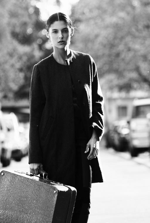 Schwarz-Weiss-Fotografie von Frau mit Koffer: Styling Julian Dobener