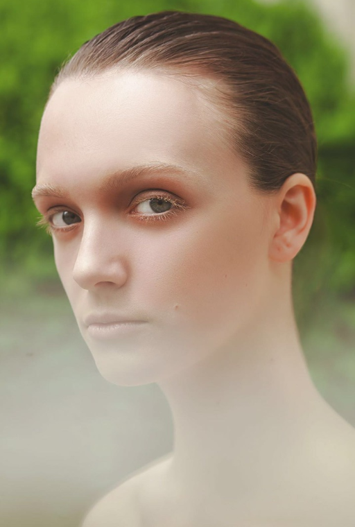 Nahaufname Model in der Natur: Make-up: Julian Dobener